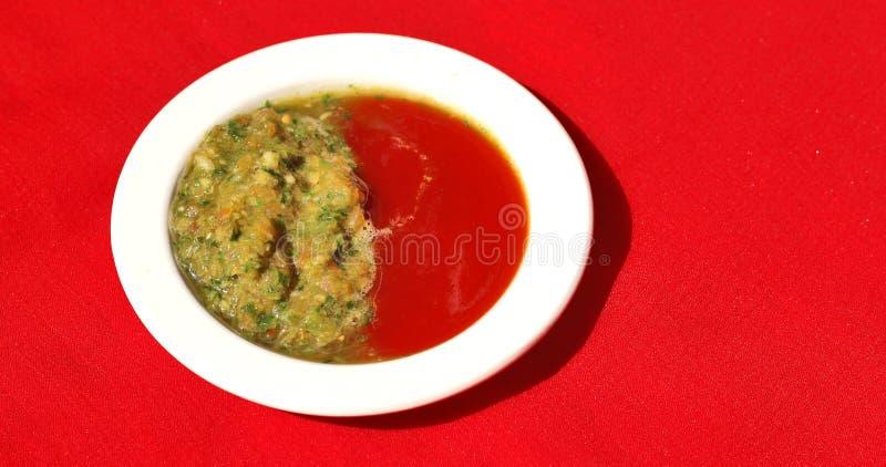 Hemlagad traditionell ny grön chilisås royaltyfri fotografi