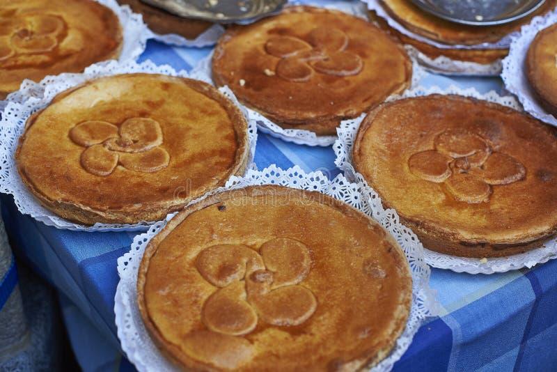 Hemlagad typisk baskisk kaka som kallas också Tårta Bask, på mor royaltyfri foto