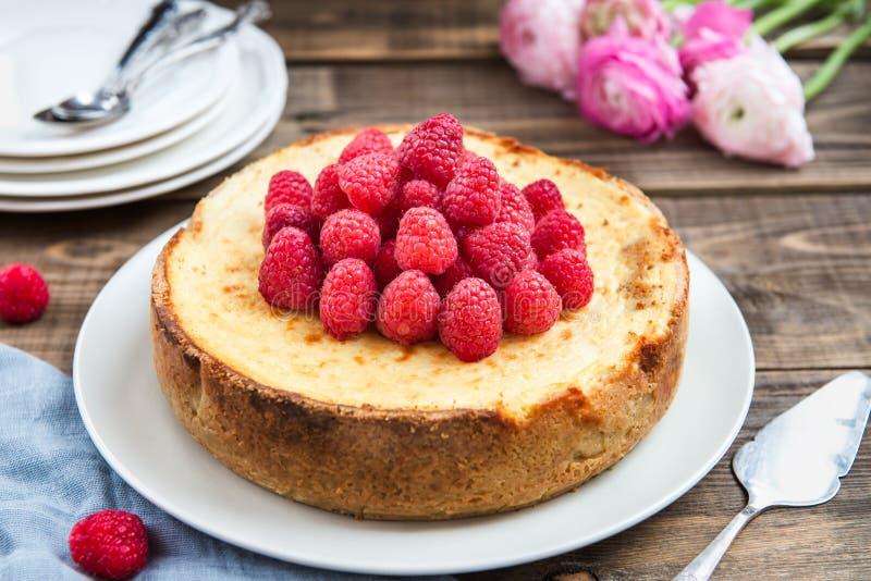 Hemlagad vaniljostkaka med hallon royaltyfri bild