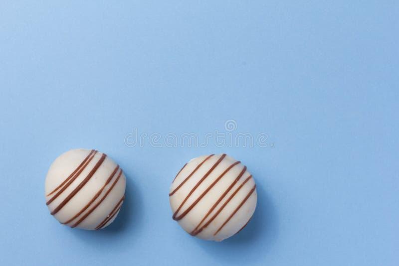 Hemlagad vit chokladtryffel Fast utgift av godisbollen på blått arkivfoton