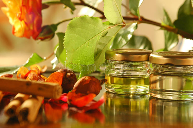 Hemlagade aromatiska oljor arkivbilder