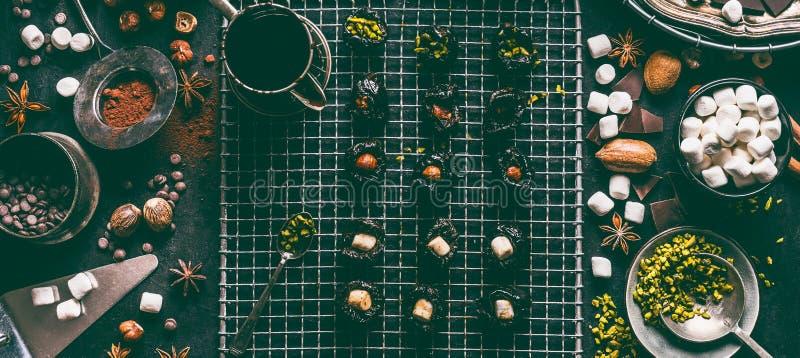 Hemlagade brända mandlar med den torkade frukter, muttrar och marshmallowen Smältt choklad- och kakaopulver på köksbordbakgrund m fotografering för bildbyråer