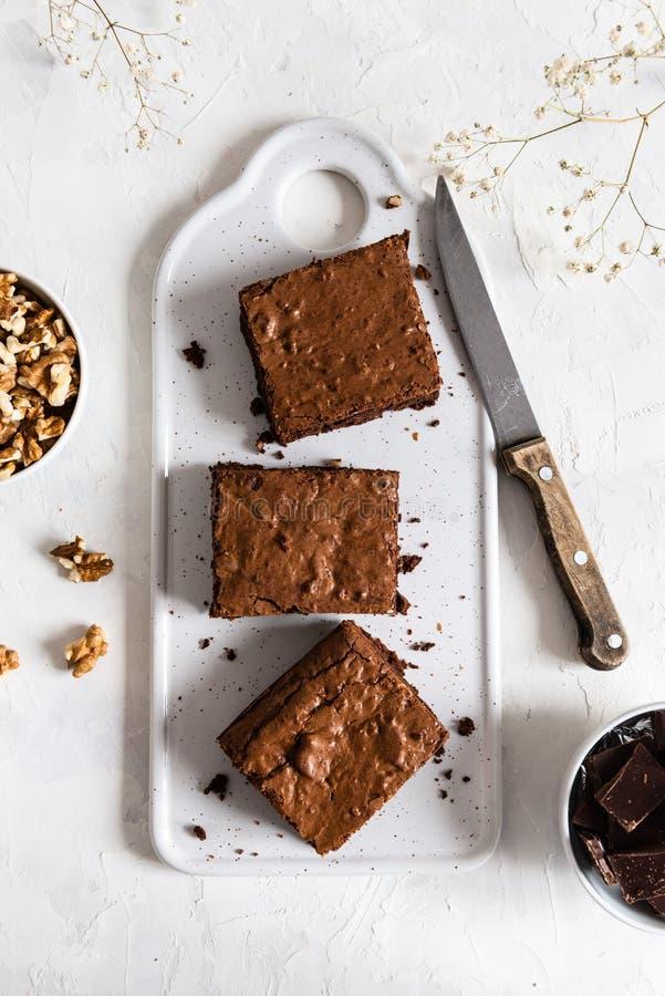 Hemlagade chokladnissen med valnötter på vit bakgrund, bästa sikt, kopieringsutrymme royaltyfria bilder