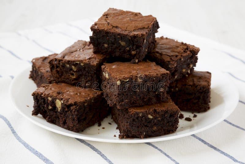 Hemlagade chokladnissen på en vit platta, sidosikt N?rbild royaltyfri foto