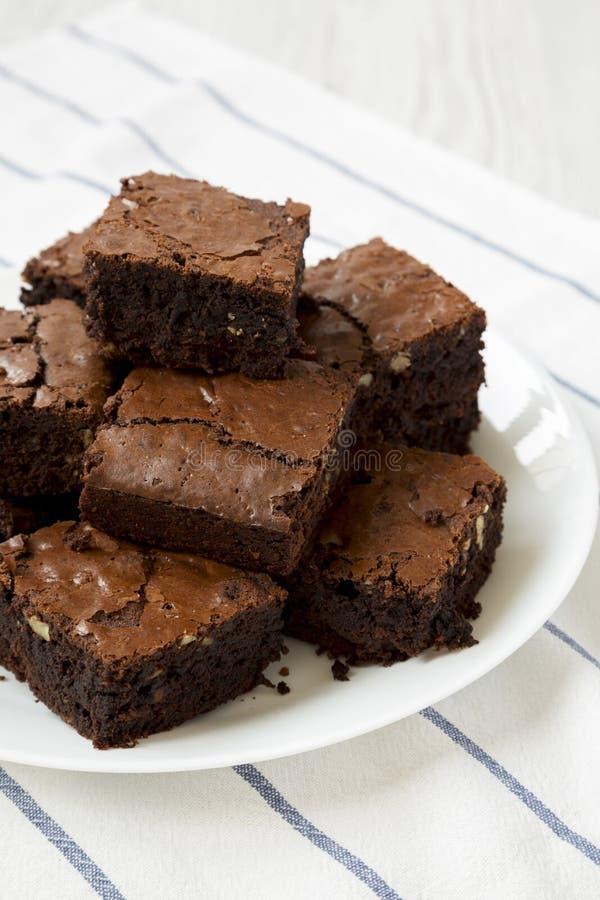 Hemlagade chokladnissen på en vit platta, sikt för låg vinkel closeup fotografering för bildbyråer