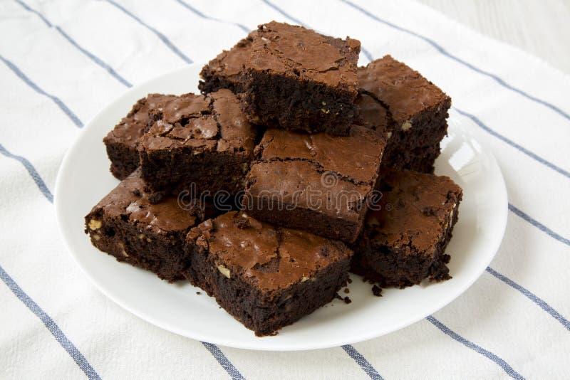 Hemlagade chokladnissen på en vit platta, sikt för låg vinkel N?rbild royaltyfri fotografi