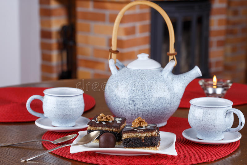 Hemlagade chokladnissen, söt efterrätt på plattan royaltyfria bilder