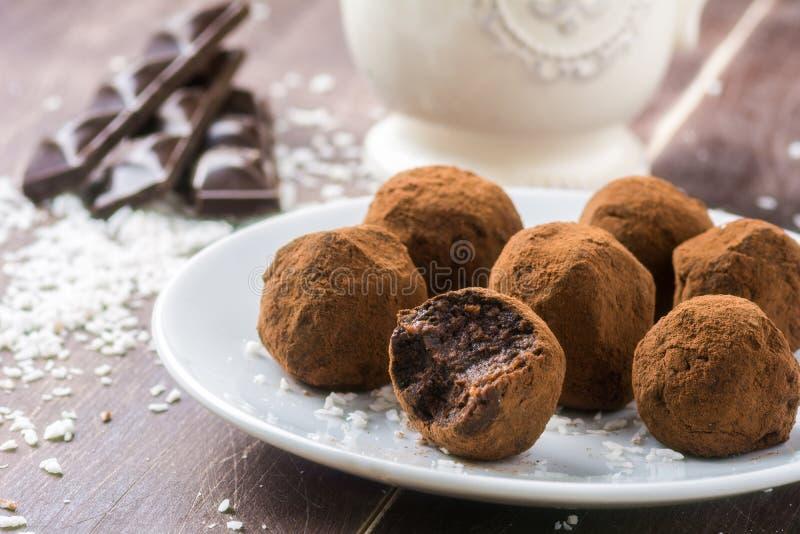 Hemlagade chokladtryfflar med kokosnötflingor royaltyfria bilder