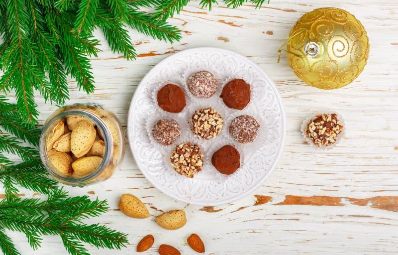 Hemlagade chokladtryfflar med mandlar, kokosnöten och kexsmula arkivbild