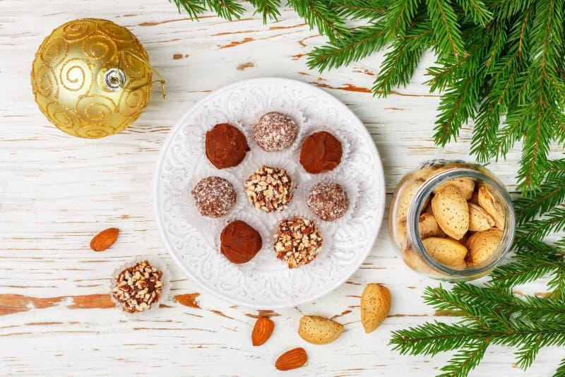 Hemlagade chokladtryfflar med mandlar, kokosnöten och kexsmula royaltyfri bild