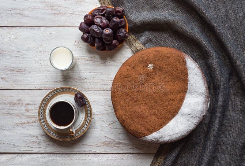 Hemlagade data bakar ihop Specialt recept f?r Ramadan arkivfoto