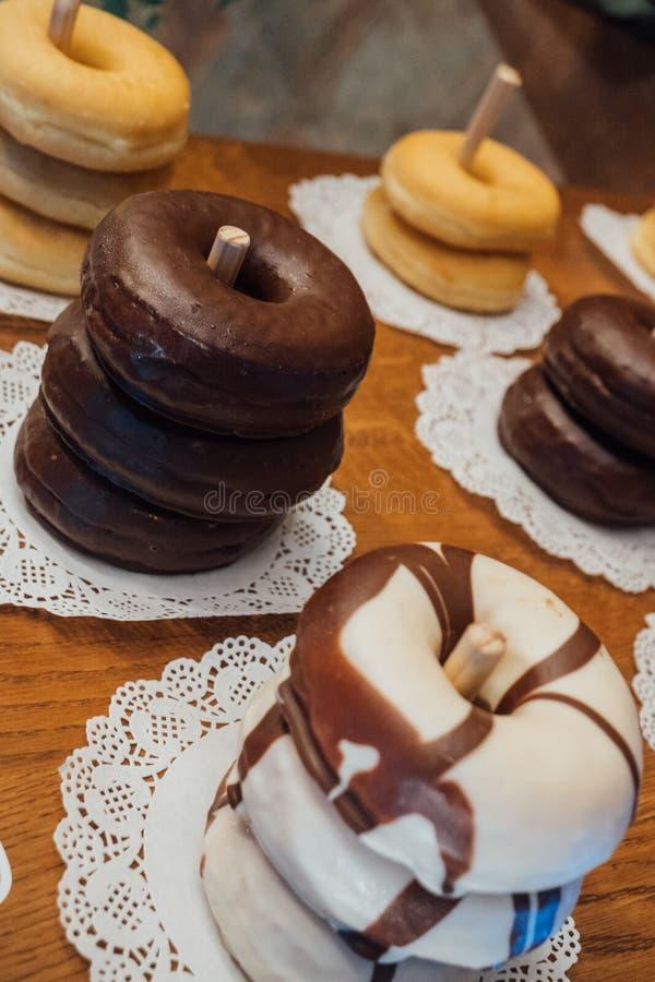 Hemlagade Donuts, godisstång på ett bröllop royaltyfri foto