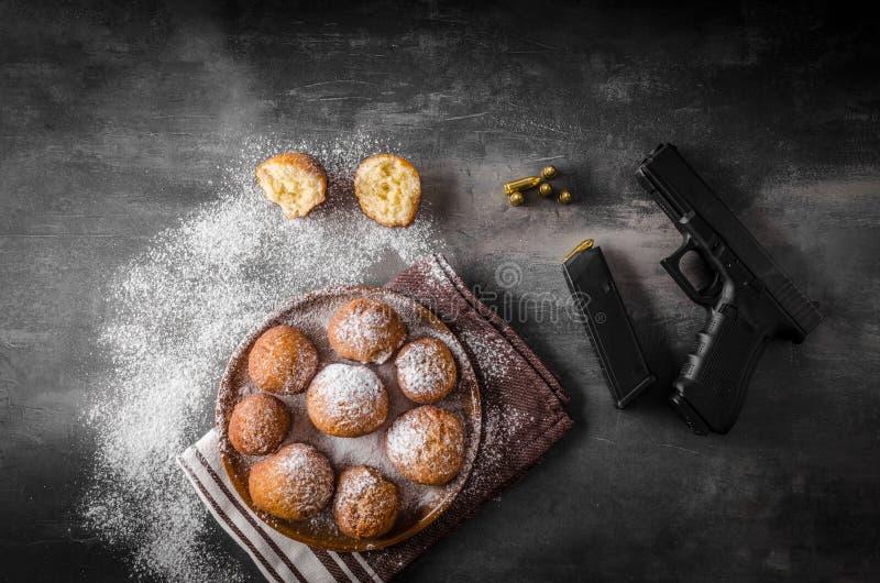 Hemlagade donuts med socker och vapnet arkivfoton
