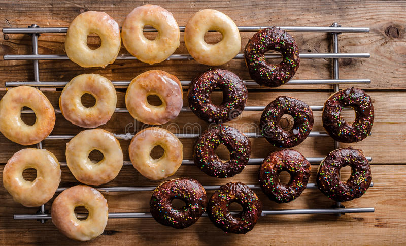 Hemlagade donuts två sorter royaltyfri bild