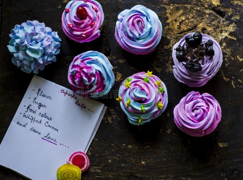 Hemlagade färgglade muffin arkivbild