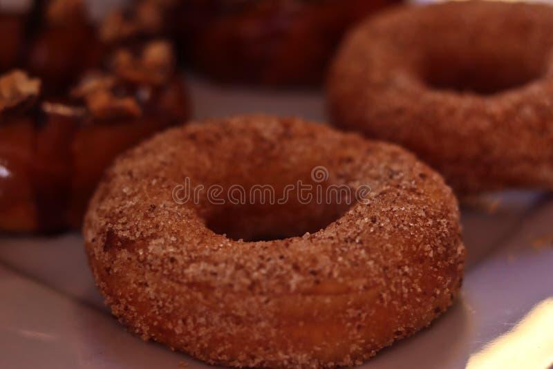 Hemlagade färgrika donuts som göras med förälskelse arkivfoto