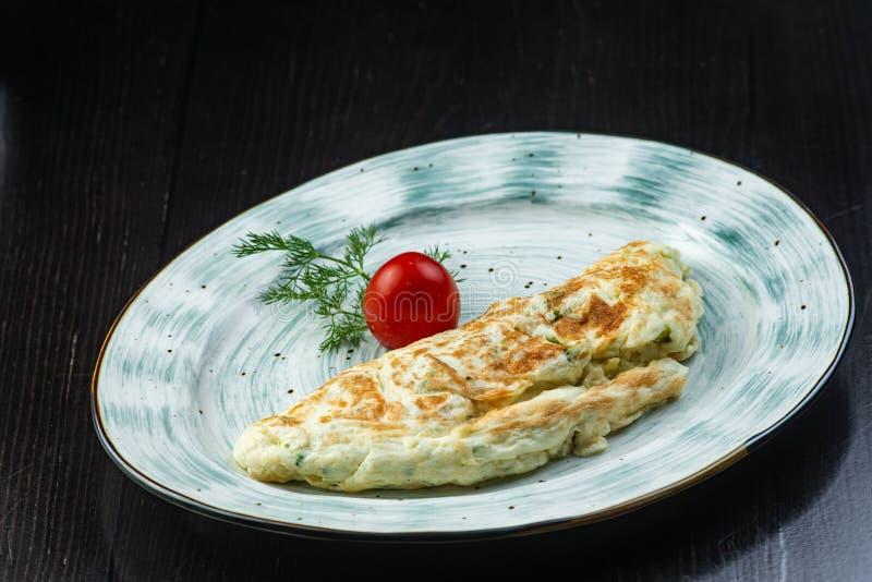 Hemlagade förvanskade ägg med champinjoner med sallad på en platta över en mörk bakgrund äta för begrepp som är sunt plant fotografering för bildbyråer