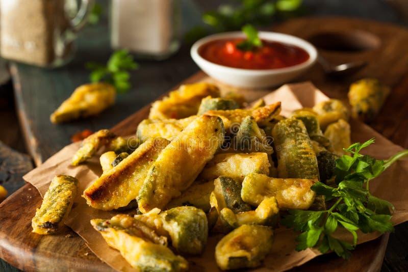 Hemlagade Fried Zucchini Fries royaltyfri foto