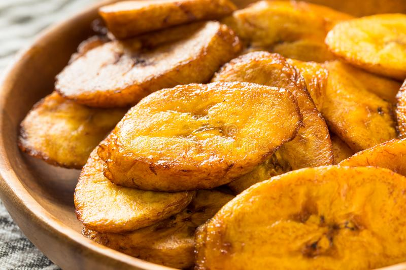 Hemlagade gula Fried Plantains royaltyfri bild
