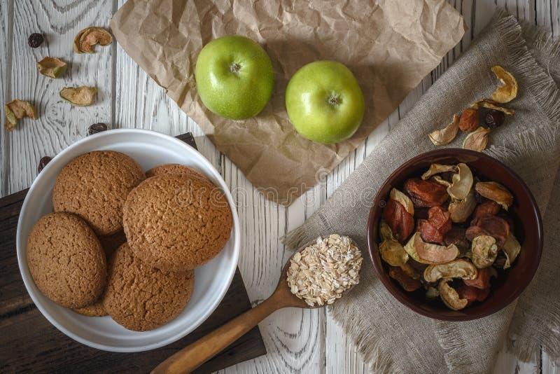 Hemlagade havremjölkakor för hälsosam frukost, äpplen och torkade frukter arkivbild