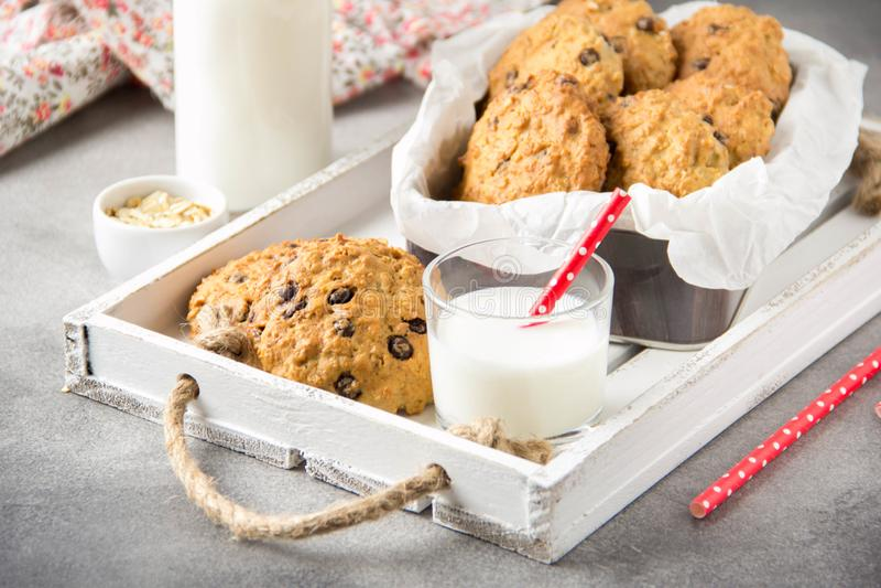 Hemlagade havremjölkakor med choklad och bananen, mjölkar i ett exponeringsglas med ett rör Läcker efterrätt, frukost (lunch) som fotografering för bildbyråer