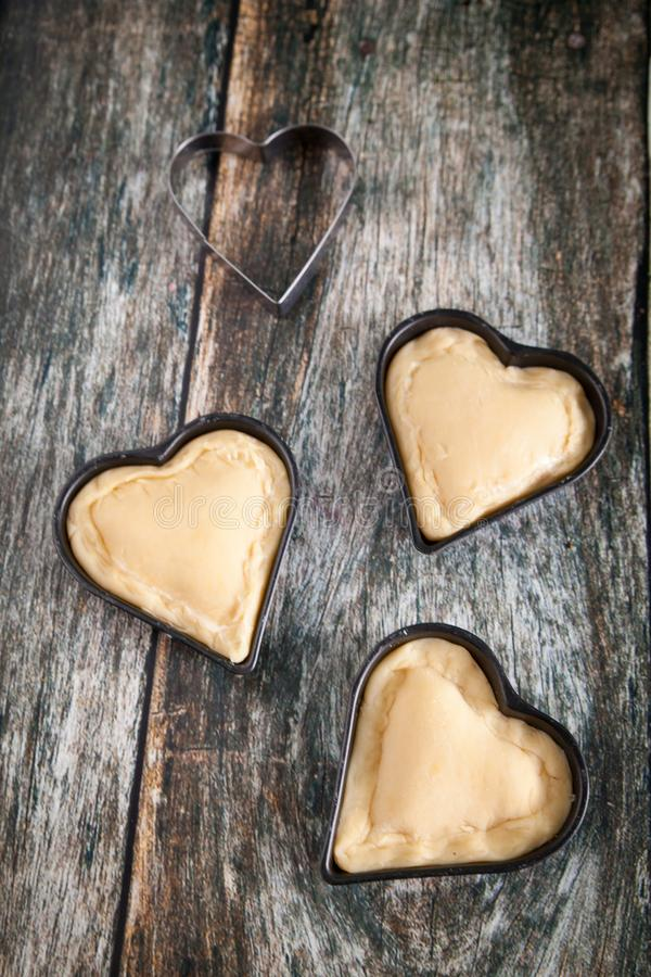 Hemlagade hjärtaformkakor med vaniljvaniljsåskräm arkivfoton