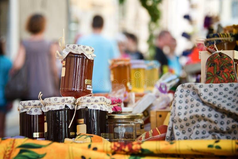 Hemlagade honungkrukor på en provencal marknad royaltyfria foton