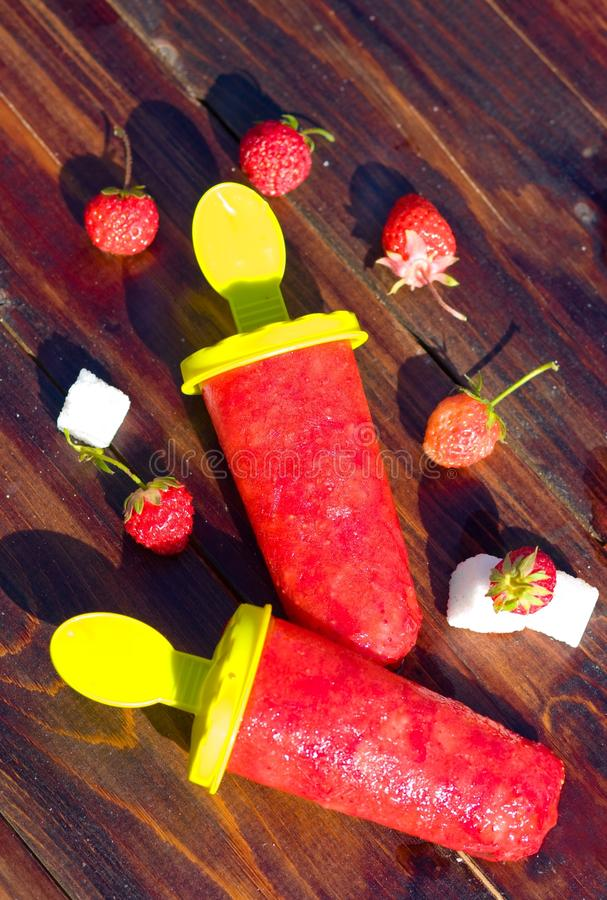 Hemlagade isglassar för jordgubbe med bäroutdore arkivbild