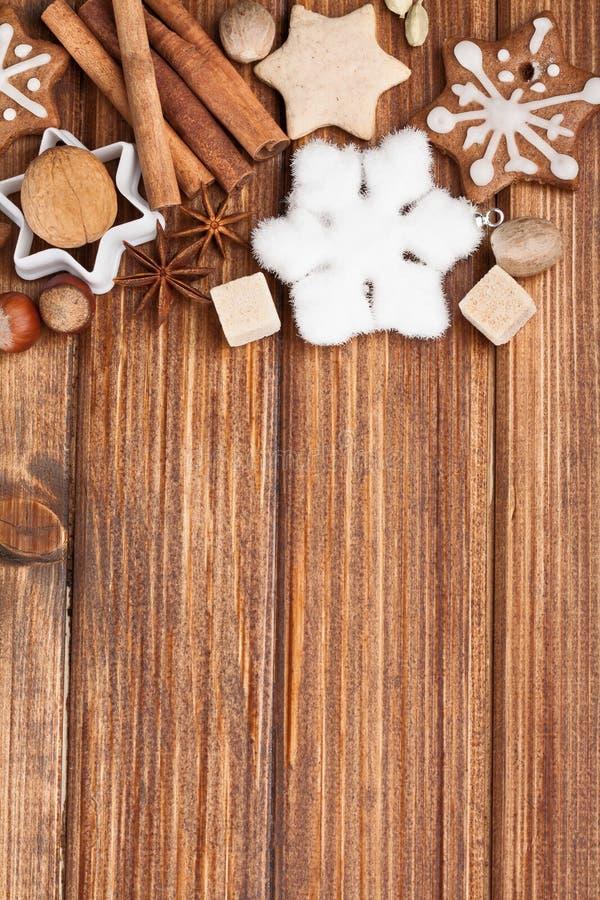 Hemlagade julkakor och krydda royaltyfri foto