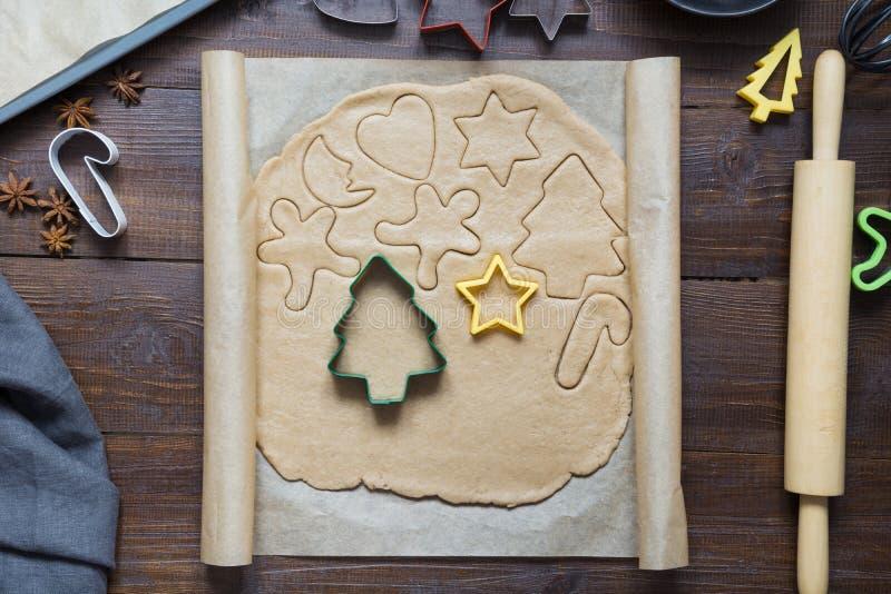 Hemlagade julkakor på pergament xmas Processen av att baka hemlagade kakor ovanför sikt fotografering för bildbyråer