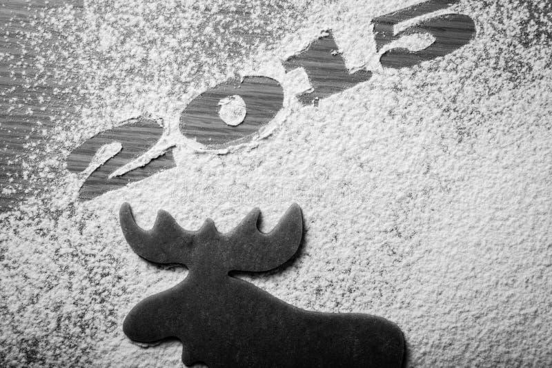 Hemlagade kakor för jul i form av en älg med inscriptio royaltyfria bilder