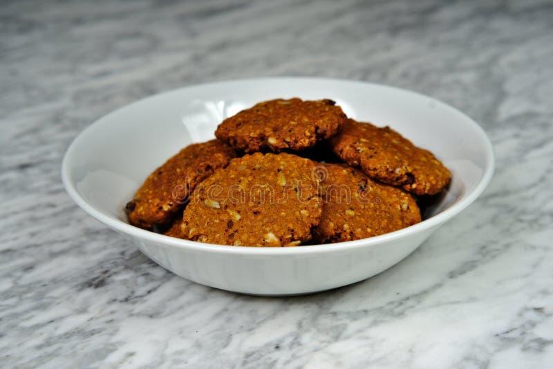 Hemlagade kakor med havremjölet med torkat - frukt royaltyfri foto