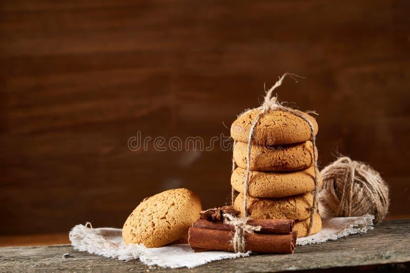 Hemlagade kakor på homespun servett över trätabellen, närbild, selektiv fokus royaltyfria bilder