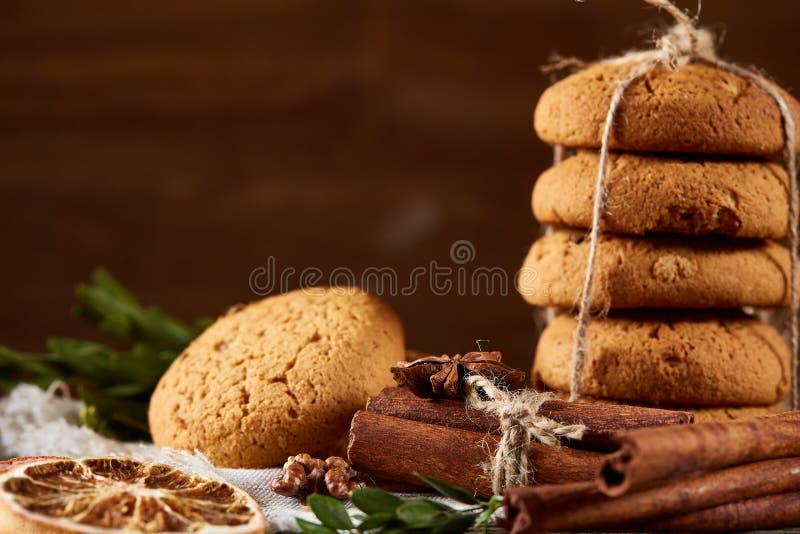 Hemlagade kakor på homespun servett över trätabellen, närbild, selektiv fokus royaltyfria foton