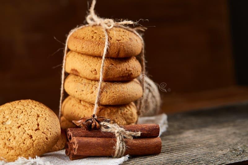 Hemlagade kakor på homespun servett över trätabellen, närbild, selektiv fokus arkivbilder