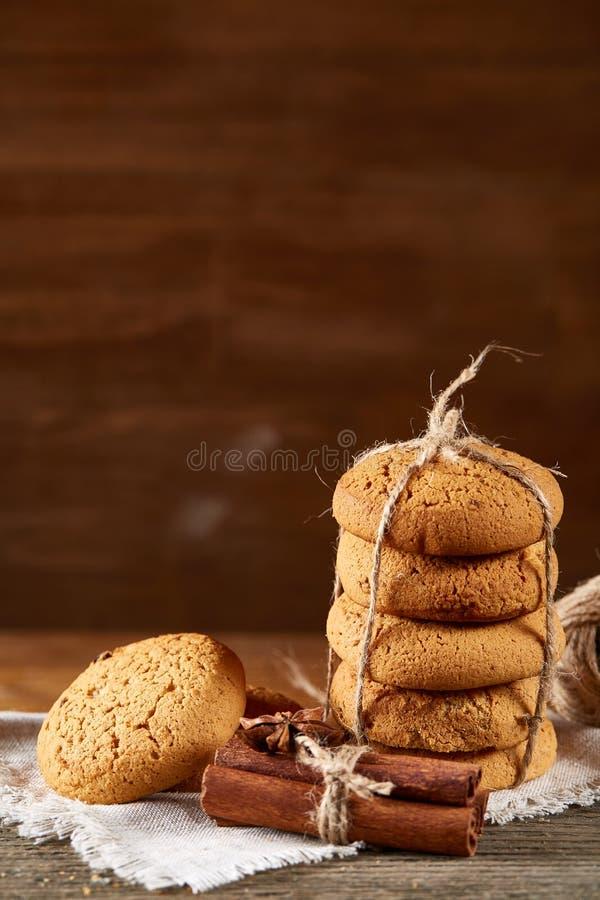 Hemlagade kakor på homespun servett över trätabellen, närbild, selektiv fokus royaltyfri bild