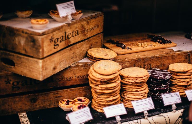 Hemlagade kakor på skärm arkivbilder
