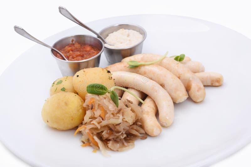 hemlagade korvar med kokat behandla som ett barn potatisar och stekt kål Tj?nat som med s?ser royaltyfria foton