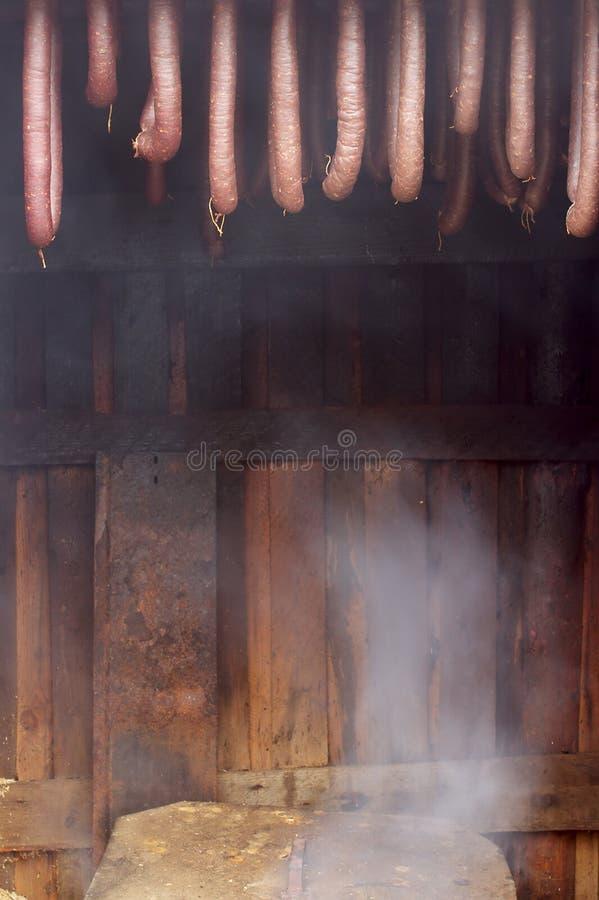 hemlagade korvar rökt by royaltyfria bilder
