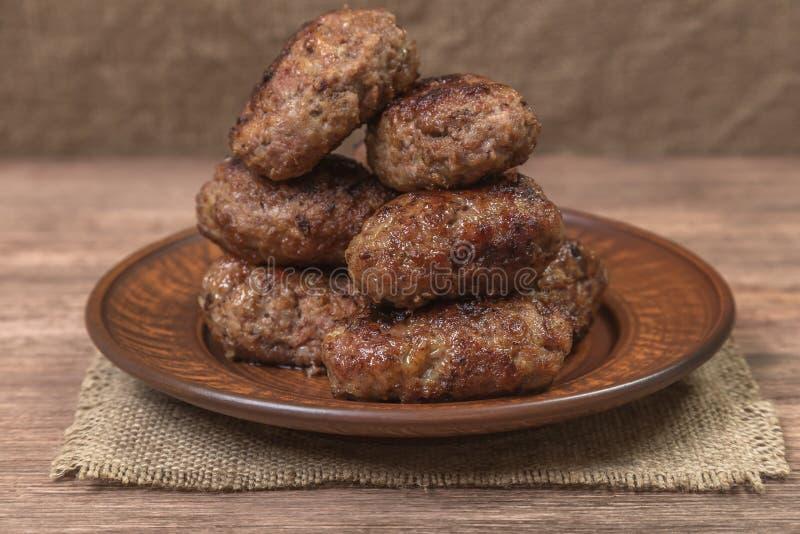 Hemlagade kotletter av kött i en keramisk maträtt medf8ort royaltyfri fotografi