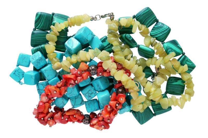 Hemlagade kvinnliga pärlor göras av denfärgade släta havsstenen arkivfoton