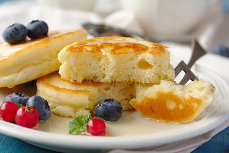 Hemlagade läckra pannkakor med ny bär och honung arkivbild