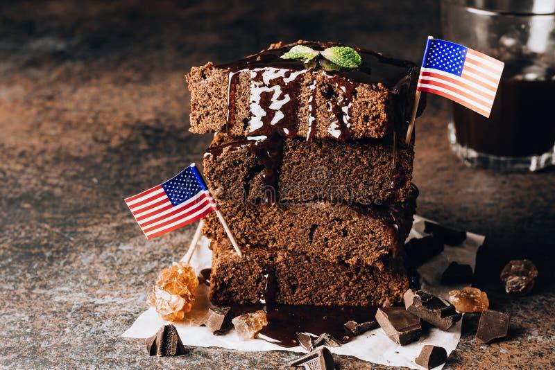 Hemlagade mörka chokladnissen som överträffar med mutterskivor, och mintkaramell som staplas på den mörka tabellen arkivfoto