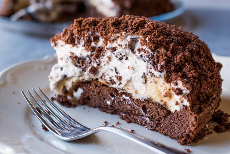 Hemlagade Mink Mole Hole Cake med chokladkexet, banan och fotografering för bildbyråer
