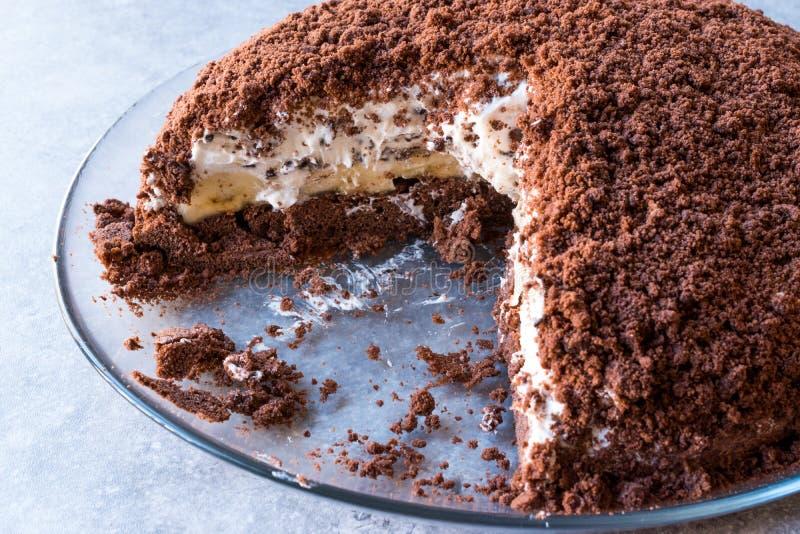 Hemlagade Mink Mole Hole Cake med den chokladkexet, bananen och gräddost royaltyfri foto