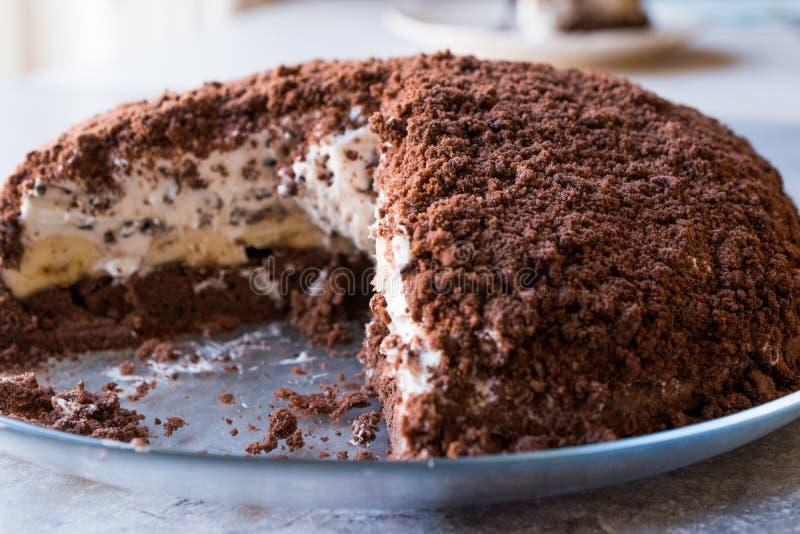 Hemlagade Mink Mole Hole Cake med den chokladkexet, bananen och gräddost royaltyfri fotografi