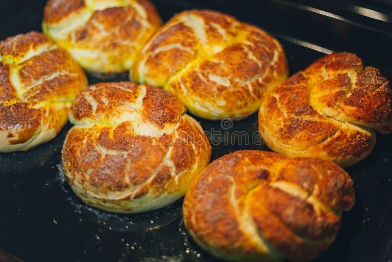 Hemlagade muffin bakas i ugnen royaltyfria foton