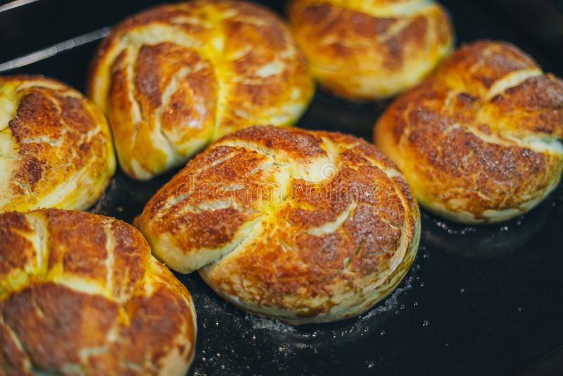 Hemlagade muffin bakas i ugnen royaltyfria bilder