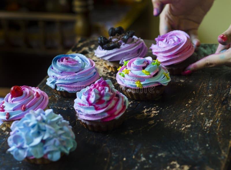 Hemlagade muffin i en tabell fotografering för bildbyråer