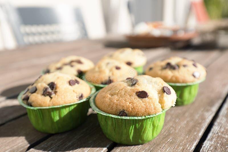 Hemlagade muffin med naturprodukter royaltyfria foton